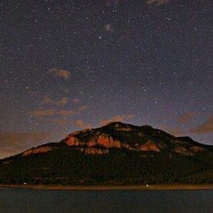 Disfrutando de las noches de verano. ? ? ? ?? Gracias @behindtheroll por tus preciosas fotos y por etiquetarnos. Os invitamos a visitar su galería. ? ? ? ?? Síguenos y etiqueta tus fotos con el hashtag @MirAragon . . . · ? ? ? ? ?? Calanda (Teruel) ? ? ? #Aragón  #teruel #calanda #miraragon  #casabiescas #noche #verano #senderismo  #mountains #sierra #rural #montañas #naturaleza  #nature  #travel #adventure #hike #capture #paisaje  #trekking  #star  #photo #aragon #españa #spain #night #hiking #trip #viaje #summer