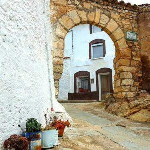Rincones con encanto de la provincia de Teruel. ? ? ? ?? Gracias @nramonferrer por tus preciosas fotos y por etiquetarnos. Os invitamos a visitar su galería. ? ? ? ?? Síguenos y etiqueta tus fotos con el hashtag @MirAragon . . . · ? ? ? ? ?? Pozuel del Campo (Teruel) ? ? ? #pozueldelcampo #teruel #aragon #miraragon  #casabiescas #medieval #verano #senderismo  #mountains #sierra #rural #montañas #naturaleza  #nature  #travel #adventure #hike #capture #paisaje  #trekking  #Instagood  #photo #architecture #españa #spain #street #hiking #trip #viaje #summer