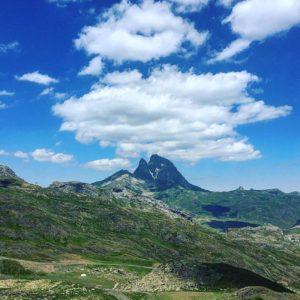Uno de los mitos de los Pirineos ? ? ? ?? Gracias @djinfiernos2 por tus preciosas fotos y por etiquetarnos.  Os invitamos a visitar su galería. ? ? ? ?? Síguenos y etiqueta tus fotos con el hashtag @MirAragon . . . · ? ? ? ?? Aragón ? ? ? #Aragón  #MirAragon  #mountains #rural #montañas #naturaleza  #nature  #casabiescas #paisajes  #aragon #españa #spain #rinconesdelpirineo #valledetena #pyrenees #mountains #pirineos #pirineoaragones #montaña #travel #viajar #aventura #losinfiernos #lacuniacha #descensodebarrancos #tirolinavalledetena #rafting #formigal #formigalpanticosa #ski