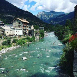 Población del Pirineo, Broto ? ? ? ?? Gracias @tatianuska29 por tus preciosas fotos y por #repost .  Os invitamos a visitar su galería. ? ? ? ?? Síguenos y etiqueta tus fotos con el hashtag @MirAragon . . . · ? ? ? ?? Aragón ? ? ? #Aragón  #MirAragon  #mountains #rural #montañas #naturaleza  #nature  #casabiescas #paisajes  #aragon #españa #spain #rinconesdelpirineo #spain #turismorural #pirineos #relax #holidays #fresquito #sitiosconencanto #ordesa #broto ?? www.miraragon.com