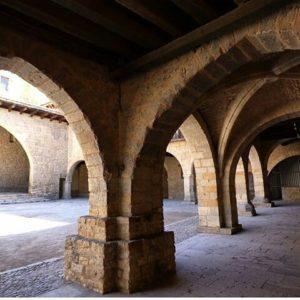 La espectacular arquitectura de los pueblos del Maestrazgo. ? ? ? ?? Gracias @bichob por tus preciosas fotos y por etiquetarnos. Os invitamos a visitar su galería. ? ? ? ?? Síguenos y etiqueta tus fotos con el hashtag @MirAragon . . . · ? ? ? ? ?? Cantavieja (Teruel) ? ? ? #Aragón  #teruel #cantavieja #maestrazgo #miraragon  #casabiescas #town #verano #senderismo  #mountains #rural #montañas #naturaleza  #nature  #travel #adventure #hike #capture #paisaje  #trekking  #Instagood  #photo #aragon #españa #spain #architecture #hiking #trip #viaje #summer