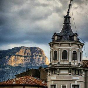 Jaca con su Peña Oroel de fondo. ? ? ?? Gracias @j.l.g.dono por tus preciosas fotos y por etiquetarnos. Os invitamos a visitar su galería. ? ? ? ?? Síguenos y etiqueta tus fotos con el hashtag @MirAragon . . . · ? ? ? ? ?? Jaca (Huesca) ? ? ? #jaca #Aragón  #aragon #Huesca  #miraragon  #casabiescas #peñaoroel #view  #senderismo  #pyrenees  #mountains #pirineos  #pirineoaragones  #montañas #naturaleza  #nature  #travel #adventure #hike #capture #paisaje  #trekking  #sky  #viajar #hiking #trip  #España #sport #summer #verano