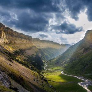 Descubre El Valle de Ordesa ? ? ? ?? Gracias @albertcarrilloj  por tu preciosa foto y por #repost . ?? Os invitamos a visitar su galería. ? ? ? ?? Ordesa (Aragón) ? ? ? #instaordesa  #rinconesdelpirineo #pyrenees  #pirineos  #pirineoaragones  #casabiescas #montaña #naturaleza  #ordesa  #trekking  #monteperdido  #NationalPark #huesca  #parquenacional  #muntanyisme #muntanya #mountainlife #naturelovers #mountaineering #mountaineers #mountainscape #mountaintop #pirineus  #miraragon #landscape #landscapelovers #traveling #adventure #adventuretime