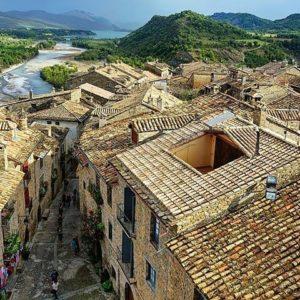 Aínsa ha sido votado como cuarto pueblo más bonito de España por los lectores de El País. ? ? ?? Gracias @repereze por tus preciosas fotos y por este #repost Os invitamos a visitar su galería. ? ? ? ?? Síguenos y etiqueta tus fotos con el hashtag @MirAragon . . . · ? ? ? ? ?? Aínsa (Huesca) ? ? ? #ainsa #Aragón  #aragon #Huesca  #miraragon  #casabiescas #lospueblosmbe #view  #senderismo  #pyrenees  #mountains #pirineos  #pirineoaragones  #naturaleza  #nature  #travel #adventure #hike #capture #paisaje  #trekking  #autumn #viajar #hiking #trip  #España #sport #fall #otoño