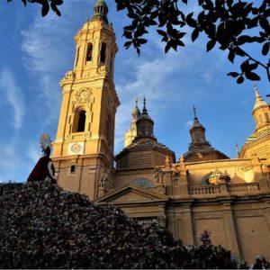 La Virgen de El Pilar con su manto de flores. ? ? ? ?? Gracias @amaia1959 por su preciosa foto y por etiquetarnos. Os invitamos a visitar su galería. ? ? ? ?? Síguenos y etiqueta tus fotos con el hashtag @MirAragon . . . · ? ? ? ?? Zaragoza ? ? #aragon  #Zaragoza  #miraragon  #Aragón  #España  #casabiescas #basilicadelpilar  #architecture  #street  #viaje #travel #trip #facade  #elpilar #arquitectura #tesorosdearagon #visitspain #wanderlust #photography #hike #naturaleza #instagood  #nature #streetphotography #instagood #tourism #turismo #senderismo  #spain #capture