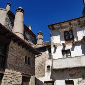 Las chimeneas troncocónicas son típicas del Valle de Echo. ? ? ? ? ?? Gracias @mvillapuyuelo por tus preciosas fotos y por etiquetarnos. Os invitamos a visitar su galería. ? ? ? ?? Síguenos y etiqueta tus fotos con el hashtag @MirAragon . . . · ? ? ? ? ?? Siresa (Huesca) ? ? ? #siresa #Aragón  #aragon #Huesca  #miraragon  #casabiescas #architecture #view  #senderismo  #pyrenees  #mountains #pirineos  #pirineoaragones  #naturaleza  #nature  #travel #adventure #hike #capture  #paisaje  #trekking  #autumn #viajar #hiking #trip  #España #sport #fall #otoño