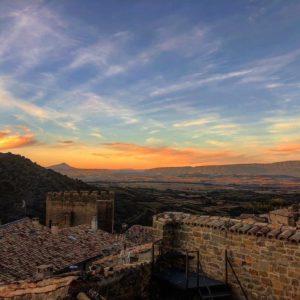 Atardece en las 5 villas. ? ? ? ?? Gracias @nurianm por su preciosa foto y por #repost .  Os invitamos a visitar su galería. ? ? ? ?? Síguenos y etiqueta tus fotos con el hashtag @MirAragon . . . · ? ? ? ?? Aragón ? ? ? #Aragon  #MirAragon  #Aragón  #España  #casabiescas #viaje #mountains #mountainlovers #naturephotography #naturelovers  #paisajes #sitiosparavisitar #rutasconencanto #travelphotos #travelling #rinconesdelpirineo #sosdelreycatolico #zaragoza #landscape #zgzsunset #aragon Conociendo mi nuevo hábitat #?????? #onroad #collectingmoments #sunsets