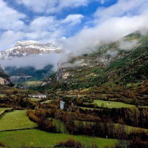 Entrada a #ordesa y #bujaruelo ahora, con las paredes de #mondarruego de fondo. ? ? ? ??: Gracias @ordesaymonteperdido por tus preciosas fotos y por #repost. Os invitamos a visitar su galería. ? ? ? ?? Síguenos y etiqueta tus fotos con el hashtag @MirAragon . . . · ? ? ? ? ?? Aragón ? ? ? #Aragón  #MirAragon  #casabiescas  #mountains  #naturaleza  #nature  #travel #autumn  #adventure  #paisaje  #aragon #españa #spain #viaje #outdoorphotography #disfrutandodelmonte #explorandosenderos #turismoaragon  #ordesaymonteperdido #valledeordesa #valledebujaruelo #huesca #pirineos #sobrarbe #centenarioordesa #torla