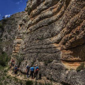 Recorrido que va desde Calomarde hasta Frías de Albarracín por el precioso paraje del río Blanco. ? ? ? ?? Gracias @turoljones por tus preciosas fotos y por etiquetarnos. Os invitamos a visitar su galería. ? ? ? ?? Síguenos y etiqueta tus fotos con el hashtag @MirAragon . . . · ? ? ? ? ?? Calomarde (Teruel) ? ? ? #Aragón  #teruel #calomarde  #sierradealbarracin #miraragon  #casabiescas #geology #senderismo  #mountains #rural  #sierra #naturaleza  #nature  #travel #autumn  #adventure #hike #capture #paisaje  #trekking  #Instagood  #photo #aragon #españa #spain #pueblo #hiking #ruraltop #viaje #walk