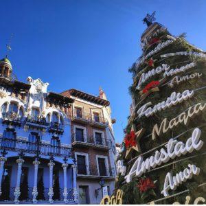 La estampa del árbol navideño de la Plaza del Torico junto a uno de los edificios modernistas que construyó Pablo Monguió en 1912. ? ? ? ?? Gracias @bichob por tus preciosas fotos y por etiquetarnos. Os invitamos a visitar su galería. ? ? ? ?? Síguenos y etiqueta tus fotos con el hashtag @MirAragon . . . · ? ? ? ? ?? Teruel ? ? ? #Aragón  #Teruel #modernism #art #miraragon  #casabiescas #artdeco #architecture #arte  #torico #sierra #naturaleza  #nature  #travel #autumn  #adventure #hike #capture #christmas #navidad #Instagood  #photo #aragon #españa #spain #pueblo #hiking #ruraltop #viaje #walk