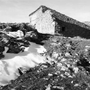 """Valdelinares, el municipio más alto de España, a 1.695 msnm. En sus alrededores se puede encontrar elpino negroo """"pino moro"""" que sólo habita entre los 1.900 y los 2.000 metros de altitud. Estos ejemplares forman el bosque europeo más meridional de esta especie. ? ? ? ?? Gracias @anadelphoto por tus preciosas fotos y por etiquetarnos. Os invitamos a visitar su galería. ? ? ? ?? Síguenos y etiqueta tus fotos con el hashtag @MirAragon . . . · ? ? ? ? ?? Valdelinares (Teruel) ? ? ? #Aragón  #teruel #valdelinares #gudarjavalambre #miraragon  #casabiescas #montaña #senderismo  #mountains #rural  #sierra #naturaleza  #nature  #travel #winter  #adventure #hike #capture #trekking #trip #Instagood  #photo #aragon #españa #spain #landscape #hiking #ruraltop #viaje #snow"""