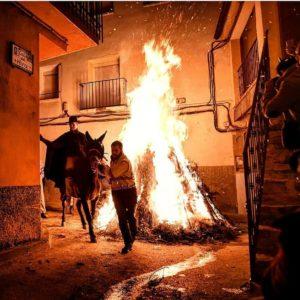 Tradiciones de San Antón por toda nuestra comunidad, como la famosa Encamisada de Estercuel. ? ? ?? Gracias @adriana792 por tus preciosas fotos y por este #repost  Os invitamos a visitar su galería. ? ? ? ?? Síguenos y etiqueta tus fotos con el hashtag @MirAragon . . . · ? ? ? ? ?? Estercuel (Teruel) ? ? ? #Aragón  #teruel #estercuel  #miraragon  #casabiescas #montaña #senderismo  #mountains #sananton  #rural  #sierra #andorrasierradearcos  #nature  #travel #winter  #adventure #capture #architecture  #trip #Instagood  #photo #aragon #españa #spain #landscape #hiking #ruraltop #viaje #art